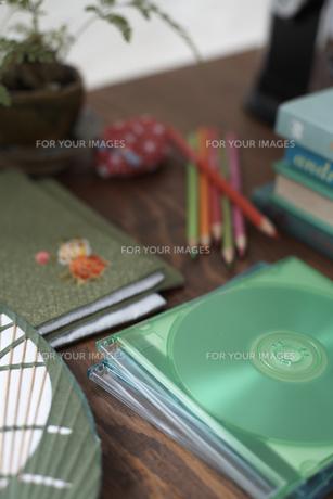 机の上のディスクや色鉛筆等の素材 [FYI01115095]