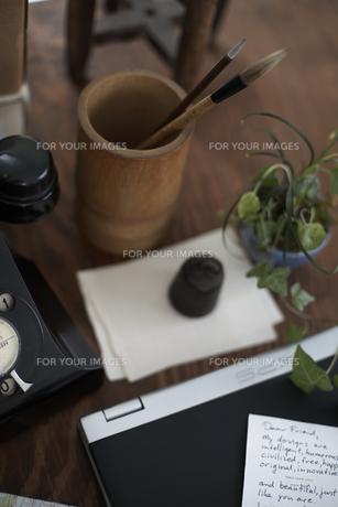 デスクの上のノートパソコンや植物の素材 [FYI01115097]