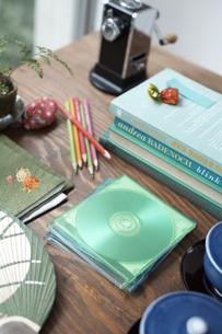 机の上のディスクや茶碗や重ねた本等の素材 [FYI01115324]