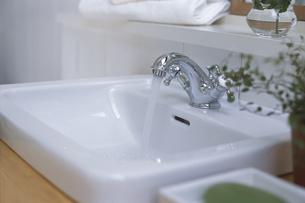 洗面台の水がでている蛇口の素材 [FYI01116681]