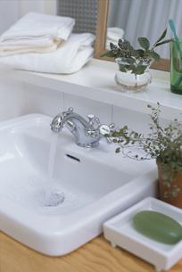 洗面台の水がでている蛇口の素材 [FYI01116754]