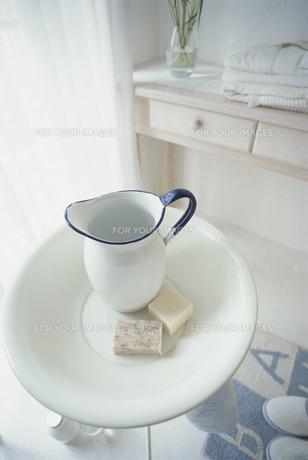 石鹸と洗面器と水差しの素材 [FYI01116834]