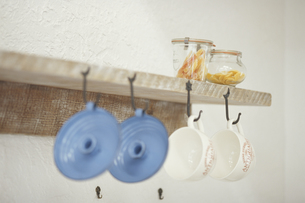 棚に掛けてある食器の素材 [FYI01117496]