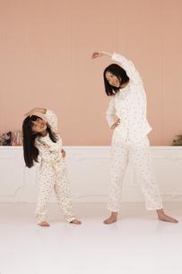 体操をする母親と女の子の素材 [FYI01118801]