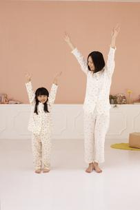 体操をする母親と女の子の素材 [FYI01118802]