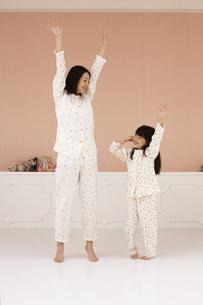 体操をする母親と女の子の素材 [FYI01118954]