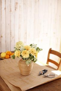 テーブルに飾った花の素材 [FYI01118979]