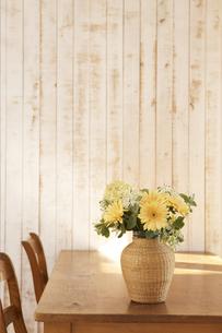 テーブルに飾った花の素材 [FYI01119025]