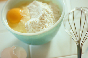 ボウルに入った卵と小麦粉の素材 [FYI01119926]