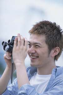 カメラを覗く男性の素材 [FYI01119981]