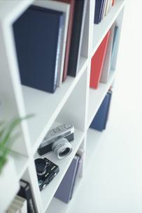 白い棚の中のカメラや本の素材 [FYI01120245]