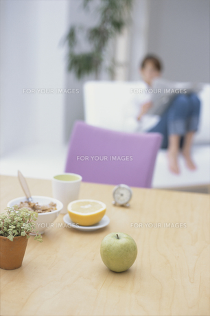 白いソファで寛ぐ女性の素材 [FYI01120407]