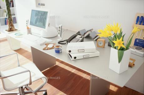 花やファイルやパソコンのあるデスクの素材 [FYI01120895]