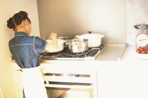 料理をする女の子の素材 [FYI01120950]