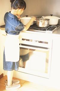 料理をする女の子の素材 [FYI01120955]