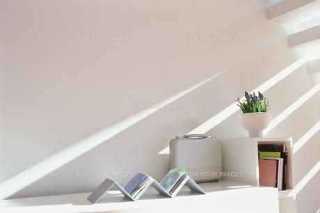 階段の下の陽の射し込む棚の素材 [FYI01120961]
