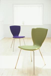 白い部屋に置かれた緑と紫のイスの素材 [FYI01121058]