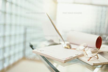 デスクの上の眼鏡とスケジュールノートの素材 [FYI01121069]