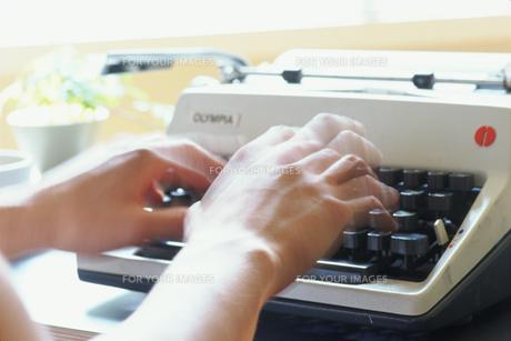 タイプライターを打つ手の素材 [FYI01121087]