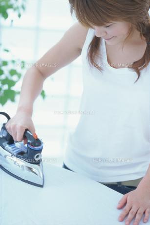 アイロン掛けするタンクトップの女性の素材 [FYI01121093]