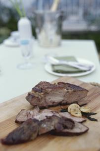 まな板にのせた肉料理の素材 [FYI01121310]
