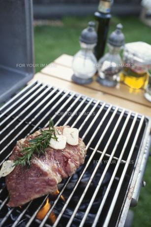 テラスでビーフステーキを焼くの素材 [FYI01121362]