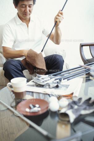 男性とゴルフ用品の素材 [FYI01121381]
