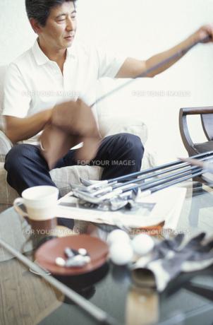 男性とゴルフ用品の素材 [FYI01121485]