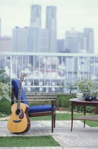 屋上にあるイスとテーブルとギターの素材 [FYI01121583]