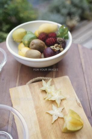 テーブルの上のフルーツの素材 [FYI01121897]