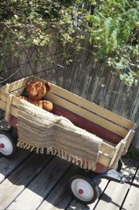 クマのぬいぐるみを乗せた台車の素材 [FYI01122185]