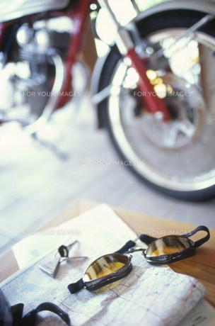 地図とゴーグル越しのバイクの素材 [FYI01122260]