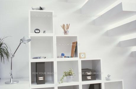 階段の下にある白いキャビネットの素材 [FYI01122345]