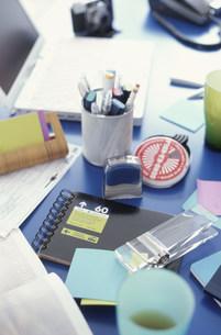 テーブルの上に置かれたペンや手帳などの文具品の素材 [FYI01122349]