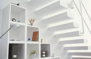 階段の下にある白いキャビネットの素材 [FYI01122388]