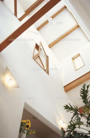 吹き抜けの天井と開いた窓の素材 [FYI01122437]