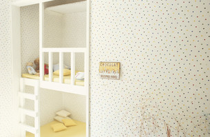 ヌイグルミのある子供用ベッドと水玉模様の壁の素材 [FYI01122440]