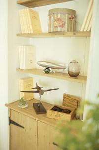 飛行機のオブジェや本のある棚の素材 [FYI01122449]