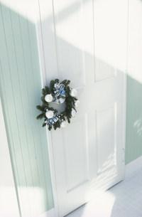 リースのかかった白いドアの素材 [FYI01122474]