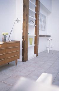 小物を置いた木目のキャビネットやイスのある部屋の素材 [FYI01122484]