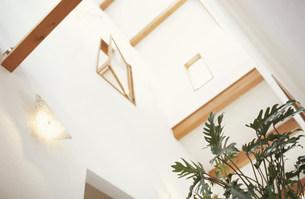 吹き抜けの天井と開いた窓の素材 [FYI01122495]