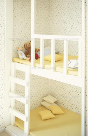 ヌイグルミやクッションのある子供用ベッドの素材 [FYI01122582]