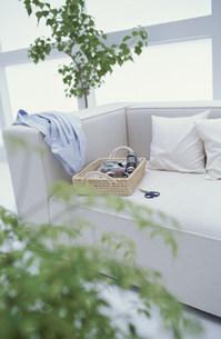 ソファの上の裁縫セットとシャツの素材 [FYI01122612]
