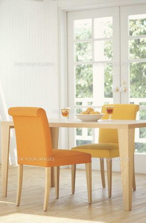 アイスティーとフルーツが置かれたテーブルのある部屋の素材 [FYI01122644]