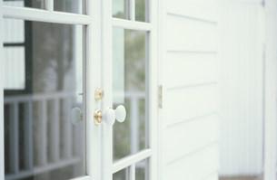 白枠のガラス戸の素材 [FYI01122659]