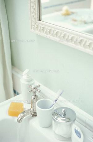洗面所に置かれた小物類と鏡に映るバスルームの素材 [FYI01122672]