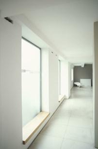 リビングに続く窓のある廊下の素材 [FYI01122686]