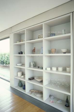 グラスや陶器を置いた棚の素材 [FYI01122696]