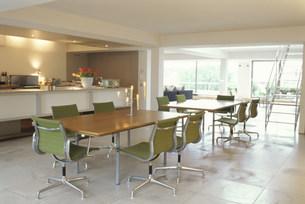 2つのテーブルのあるダイニングとキッチンの素材 [FYI01122719]