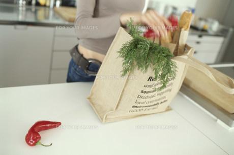 野菜を袋に入れる女性の素材 [FYI01122725]